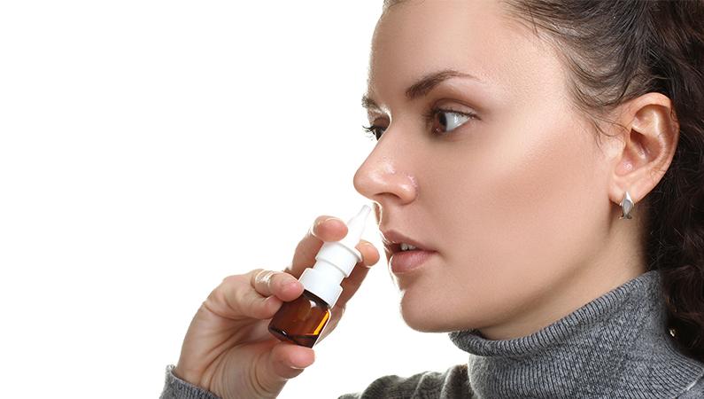 Ram flere steder med næsespray
