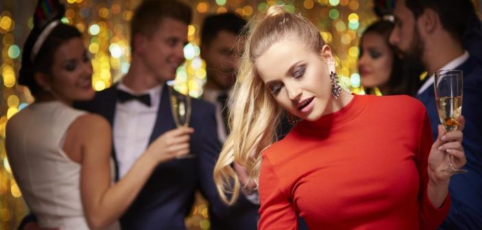 Kvinde til nytårsfest - pas på dig selv